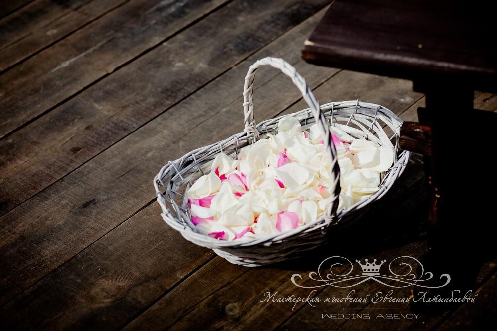 Корзинка с лепестками роз на свадьбе