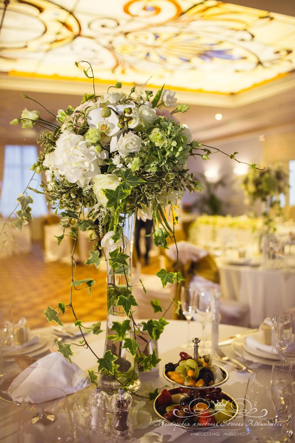 Красивое оформление зала цветами