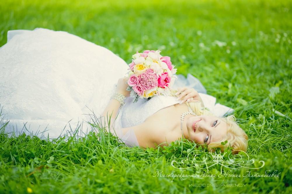 Кремово-розовый букет невесты с пионовидными розами