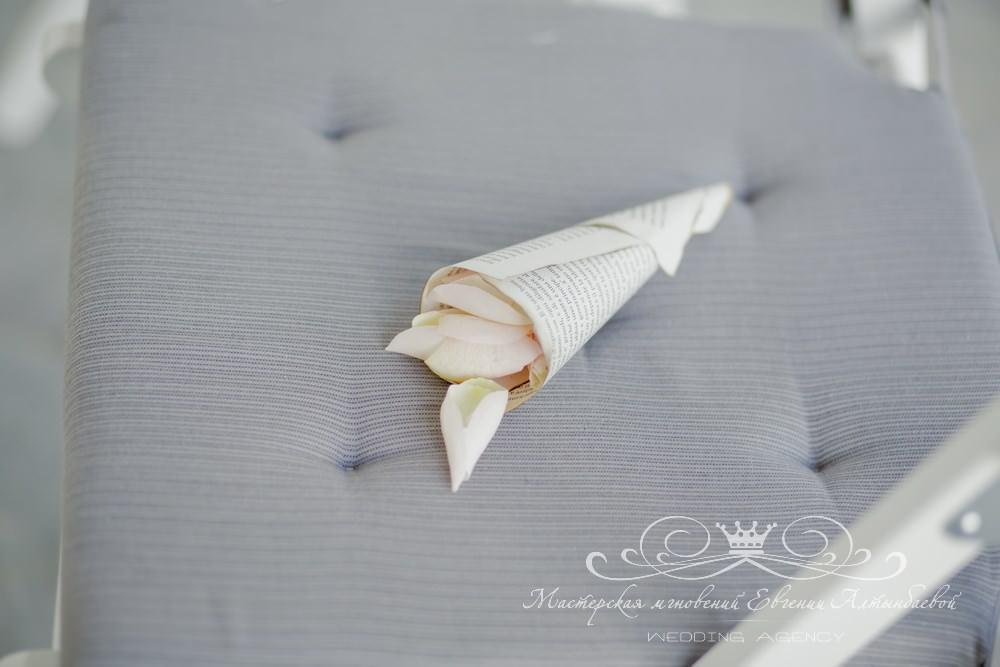 Кулечки для лепестков роз на книжной свадьбе