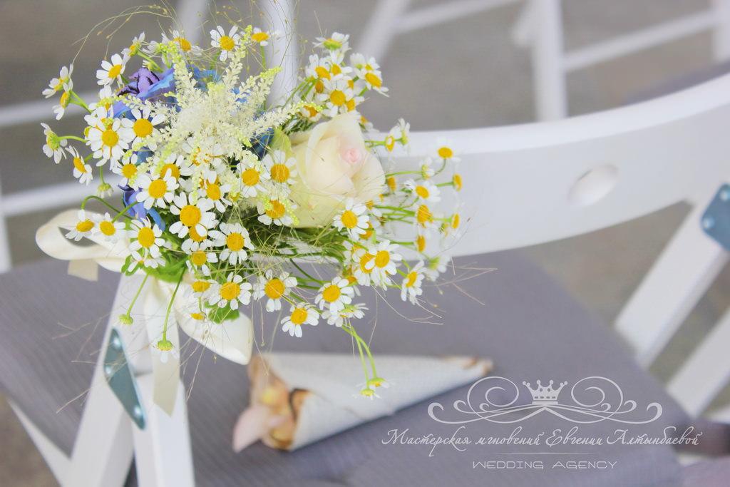 Оформление стульев на свадьбе живыми цыетами