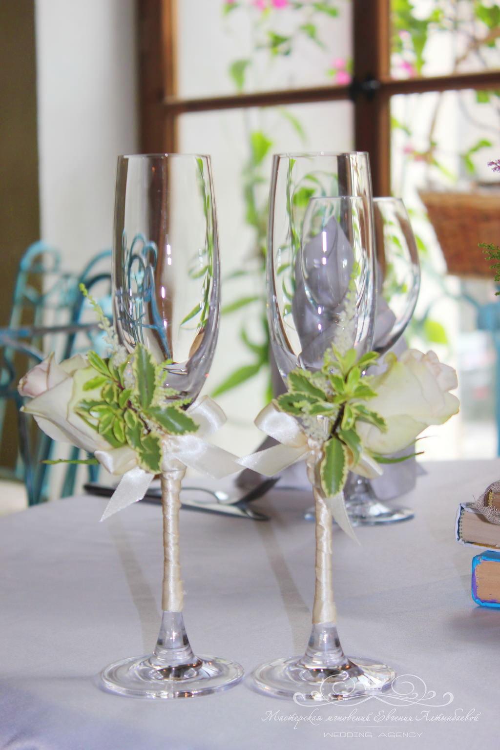 Оформление свадебных бокалов живыми цветами