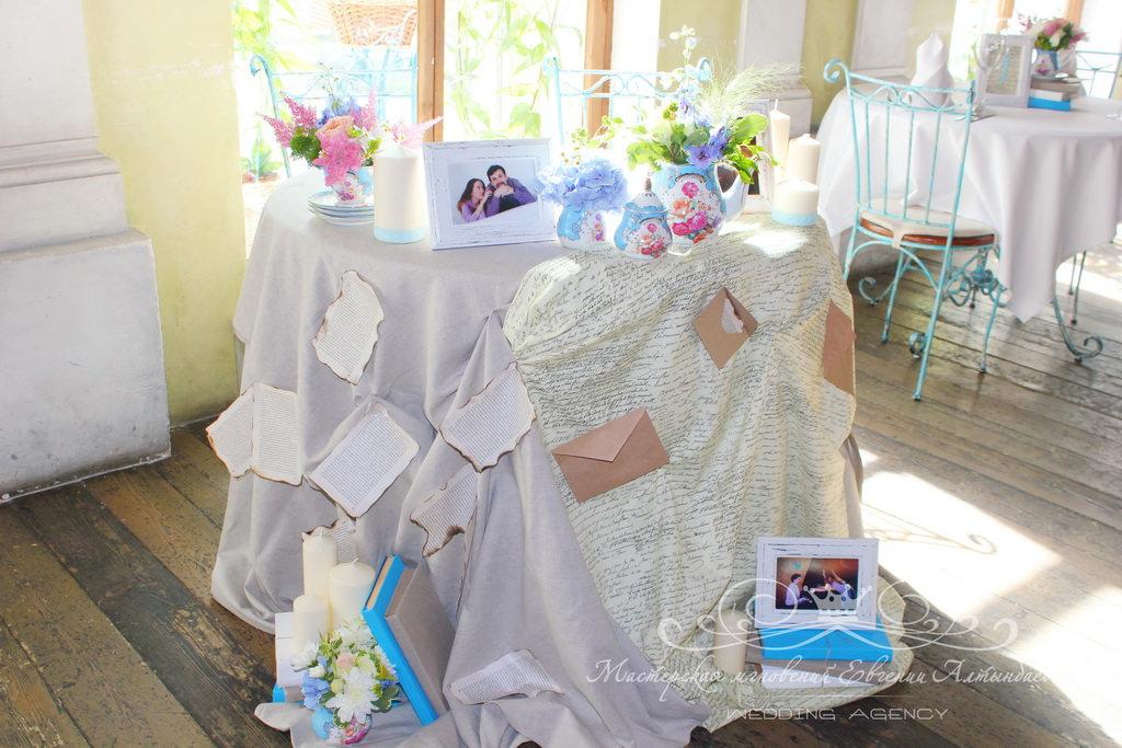 Стильное оформление стола молодоженов цветами и тканями