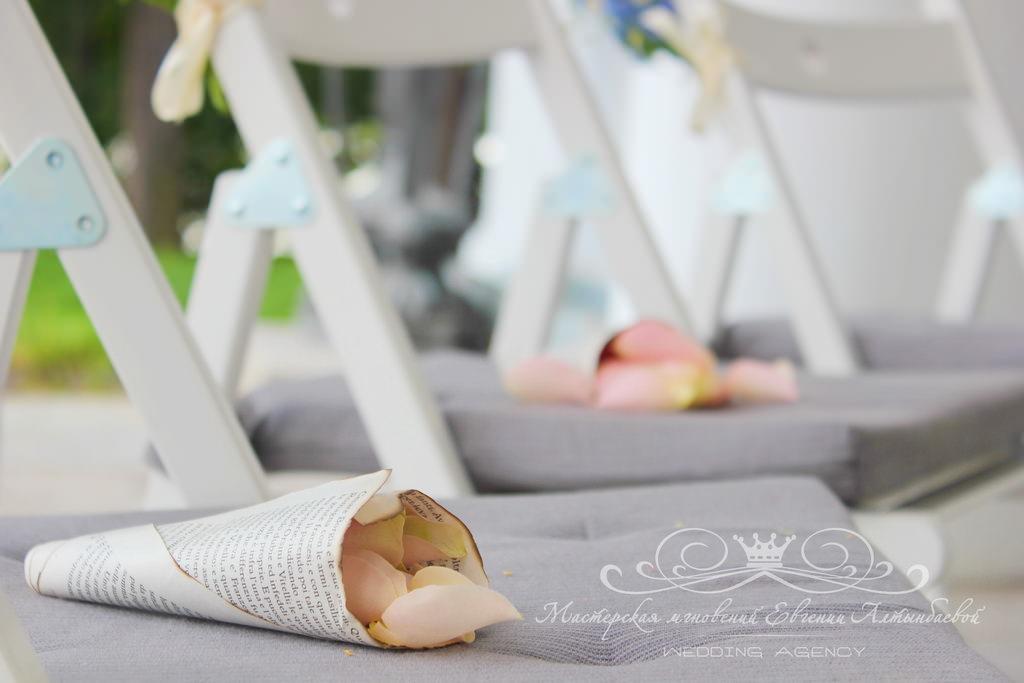 Свадебные кулечки для лепестков роз в книжном стиле