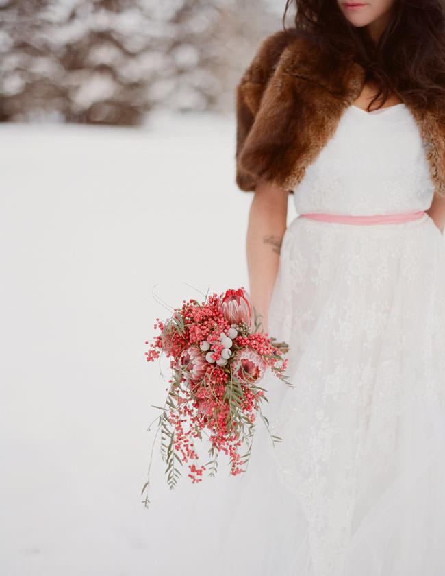 Яркий и необычный свадебный зимний букет для экстравагантных невест
