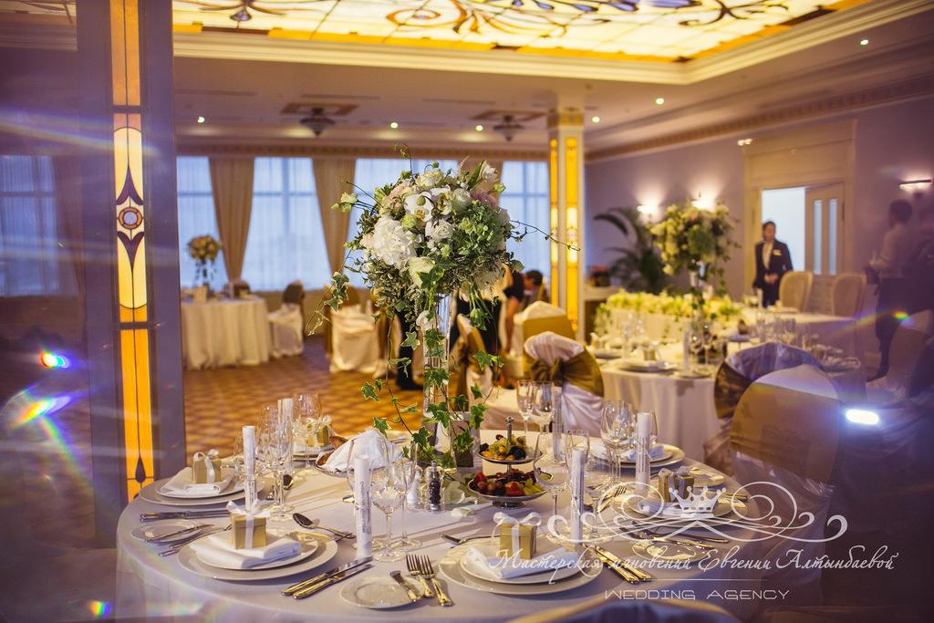 Цветочные композиции на гостевые столы на свадьбе