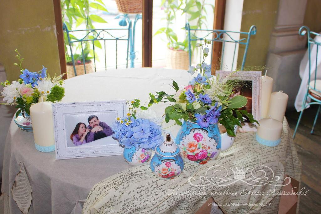 Цветы в сервизе на свадьбе