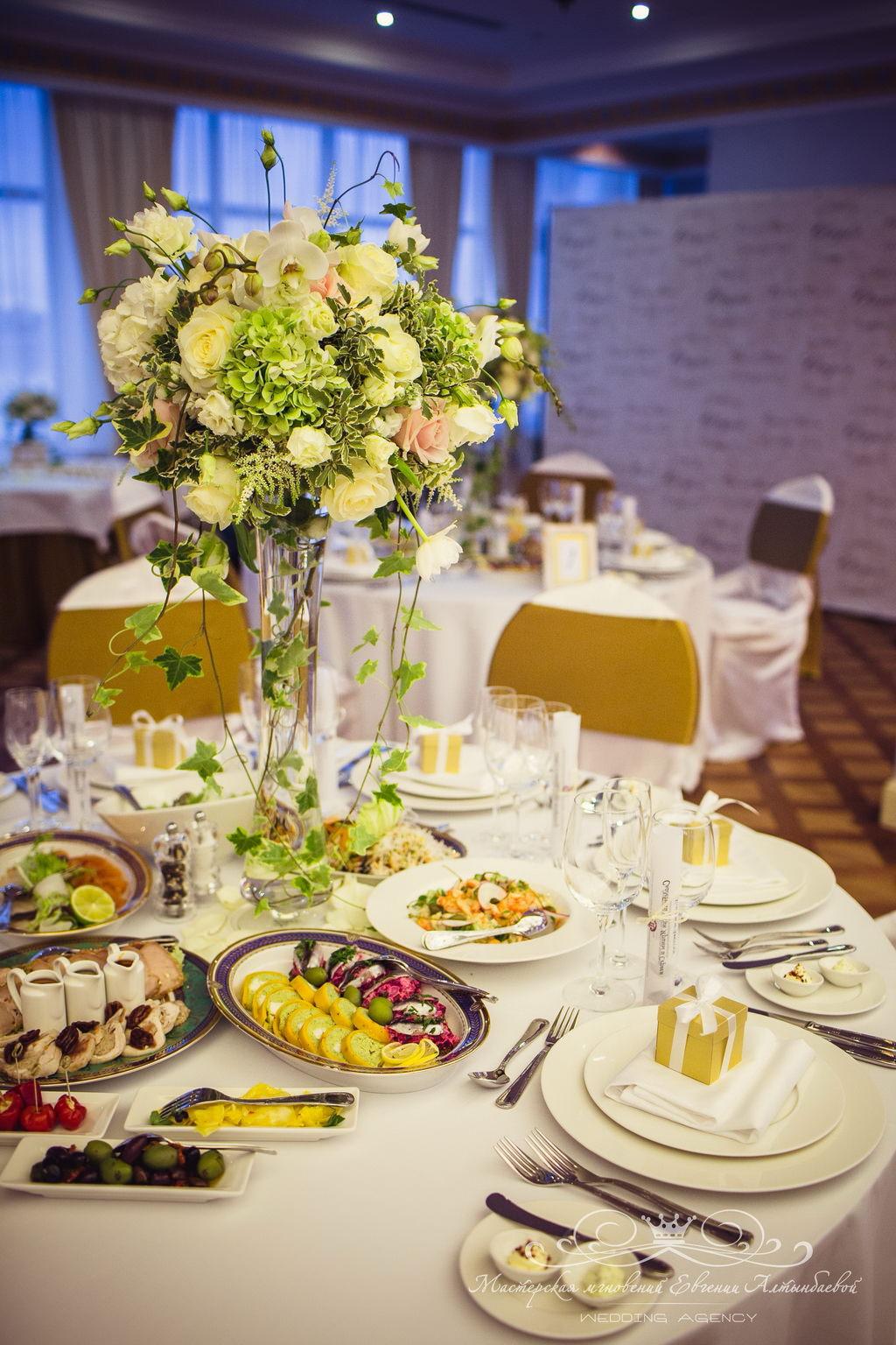 Высокие композиции на столы гостей на свадьбе
