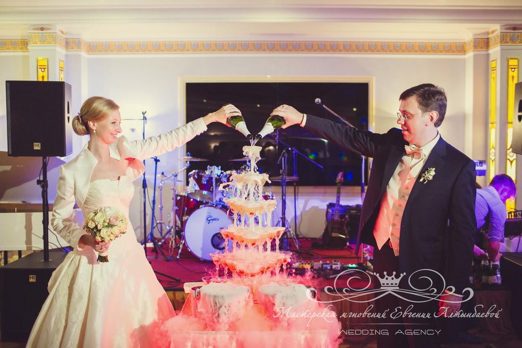 Жених и невеста запускают горку шампанского