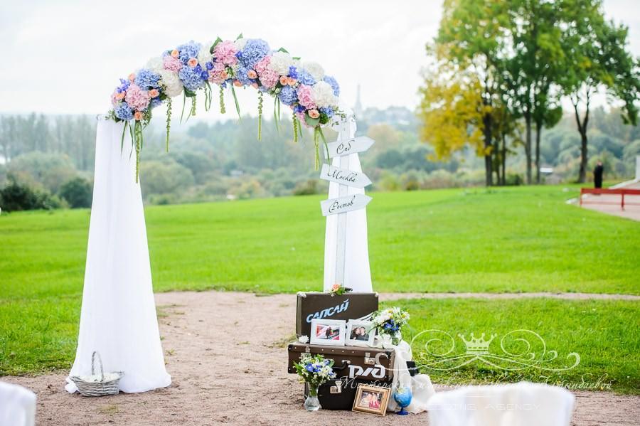 Арка с цветами на свадьбе