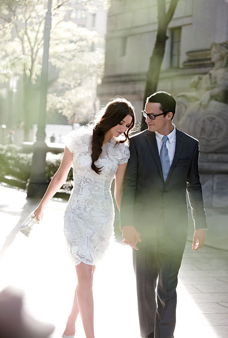 Элегантное свадебное платье выше колена