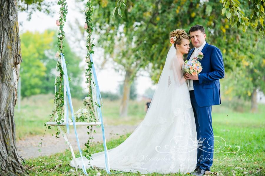 Оформление качелей на свадьбе