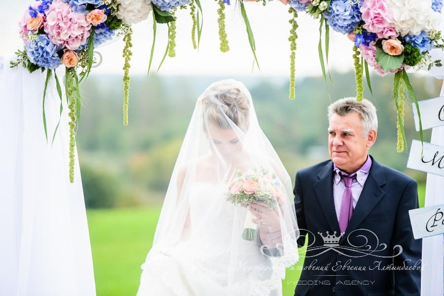 Выход невесты с отцом на выездной церемонии