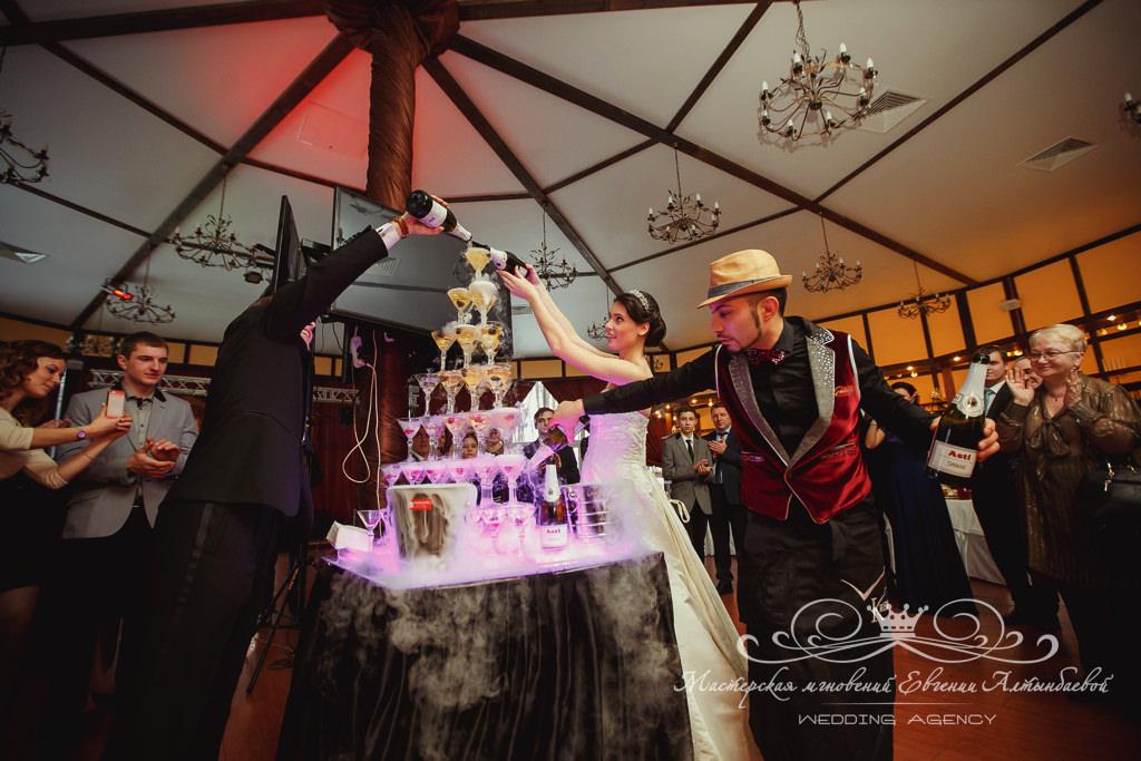 горка шампанского на загородной свадьбе