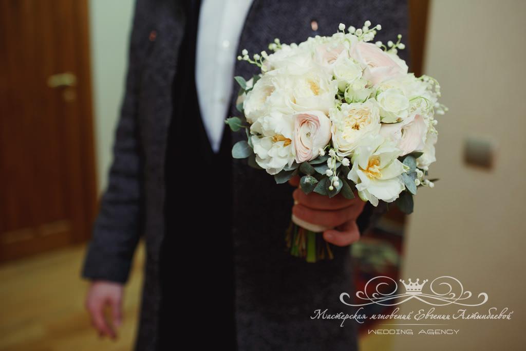 нежный букет невесты с пионовидными розами и ландышами