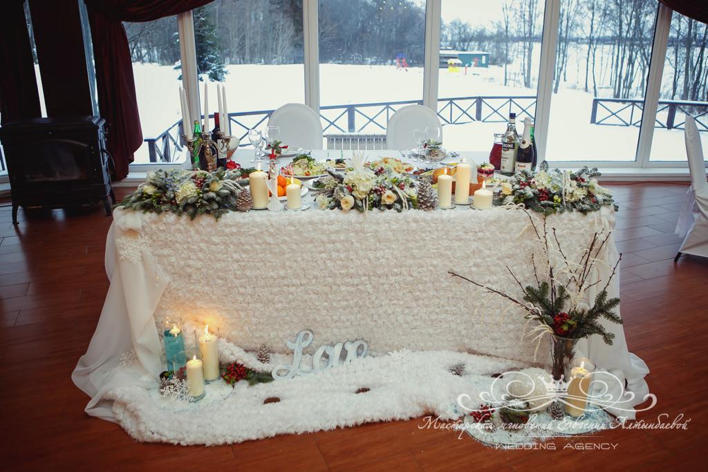 Оформление стола молодоженов цветами и тканями