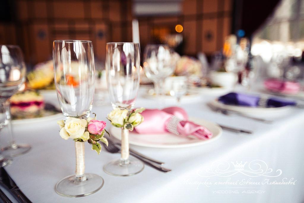Декор свадебных бокалов живыми цветами