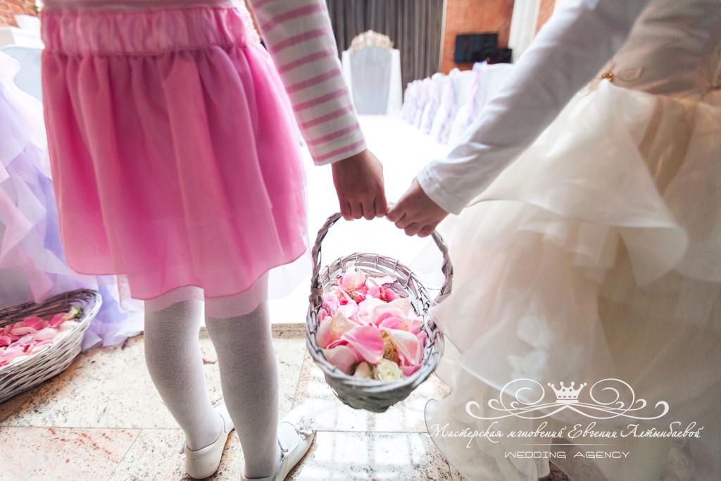 Корзинки с лепестками роз на свадьбе