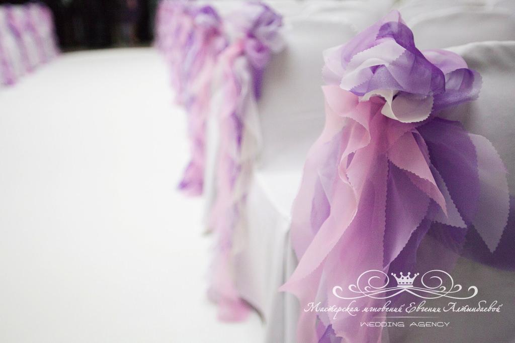 Красивый декор стульев на свадьбе