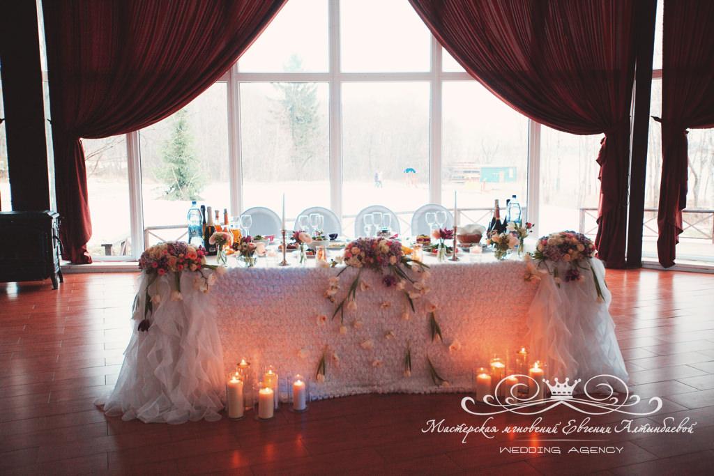 Оформление стола молодоженов на свадьбе