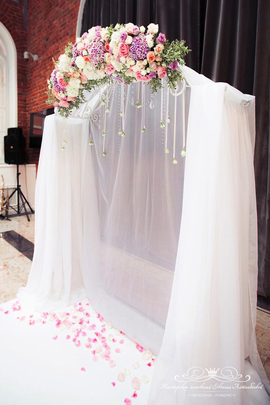 Оформление свадебной арки цветами и тканями