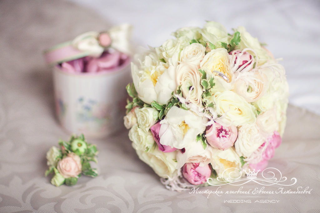 roskoshnyi-svadebnyi-byket-s-pionami-i-pionovidnymi-rozami