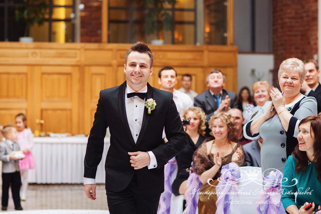 Выход жениха на выездной церемонии