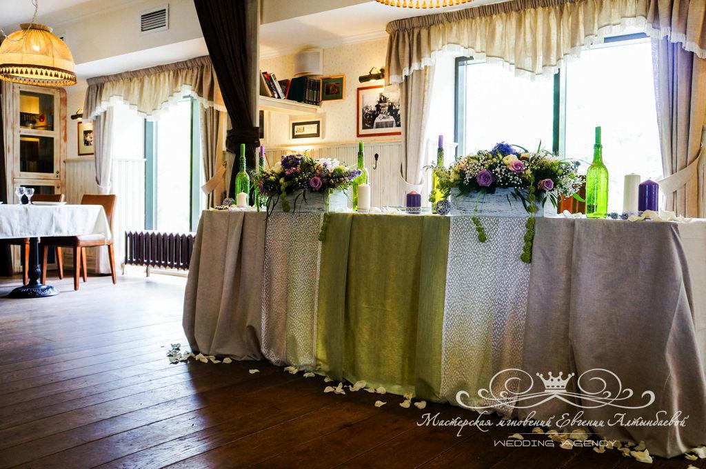 декор стола молодоженов цветами и тканями