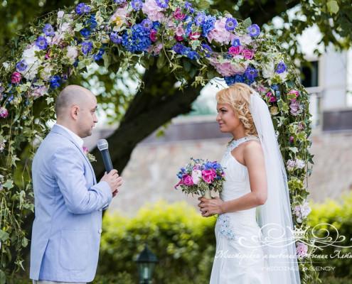 dekor-svadby-v-rozovyh-i-golybih-tonah