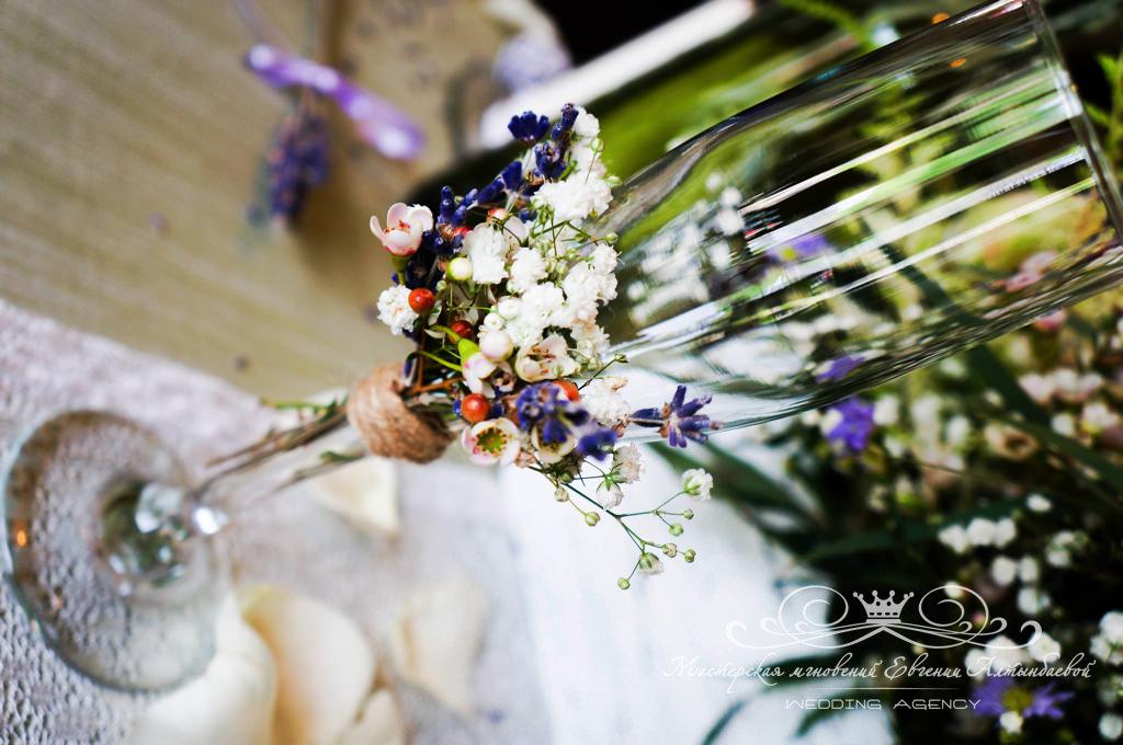 декор свадебных бокалов в стиле прованс