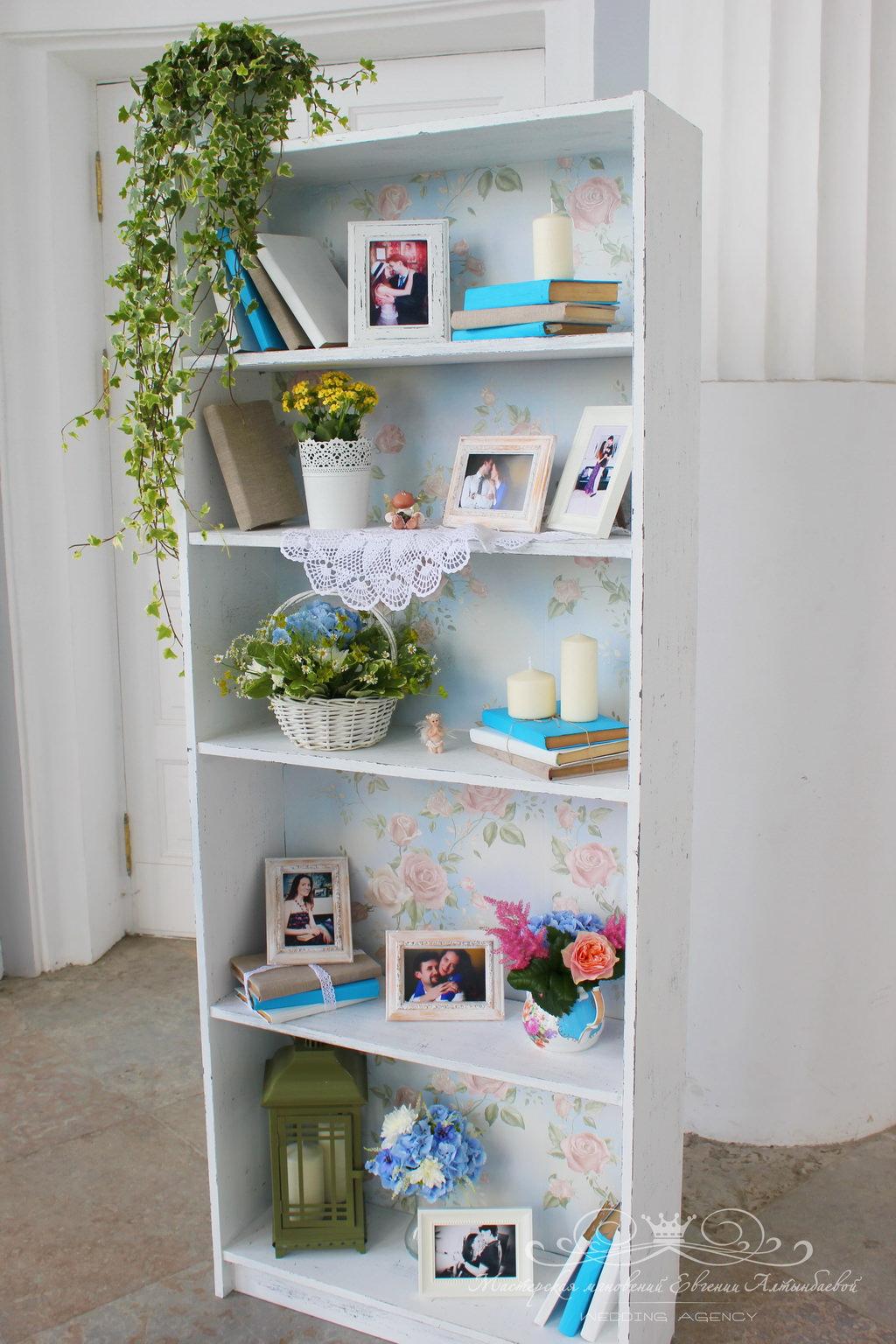 Состаренный книжный шкаф