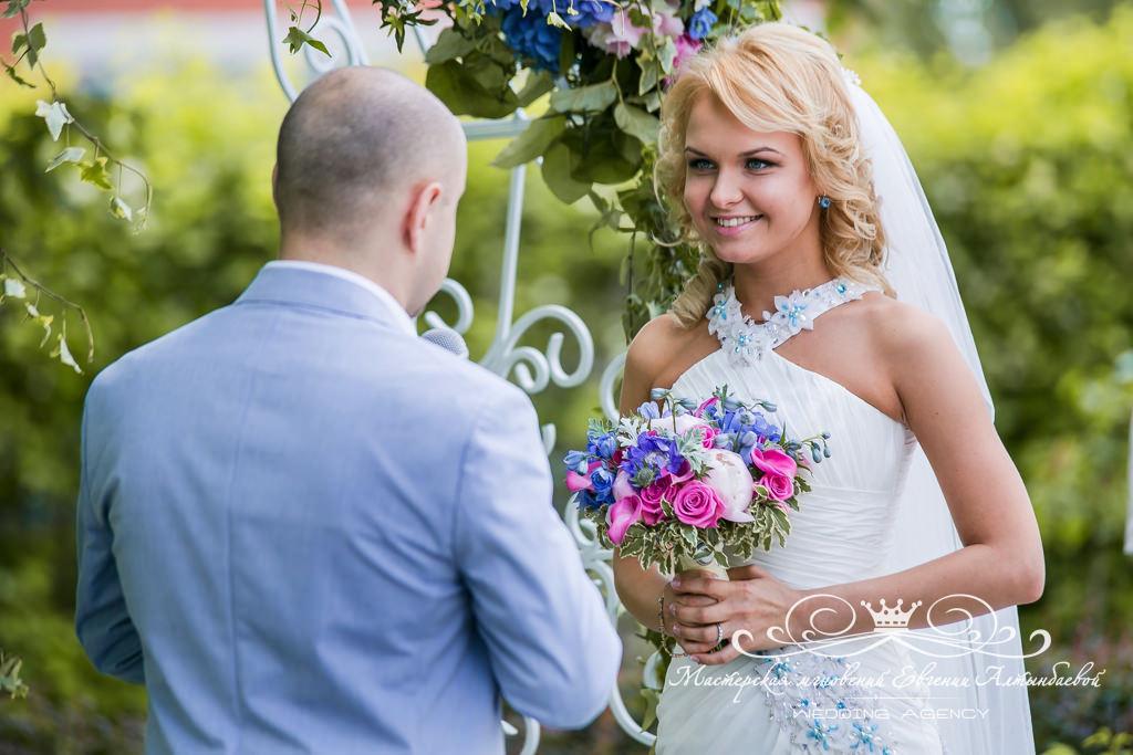Шикарный букет невесты ярко розовый