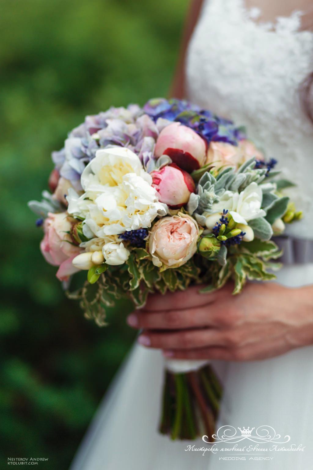 Свадебный букет с нежными пионами