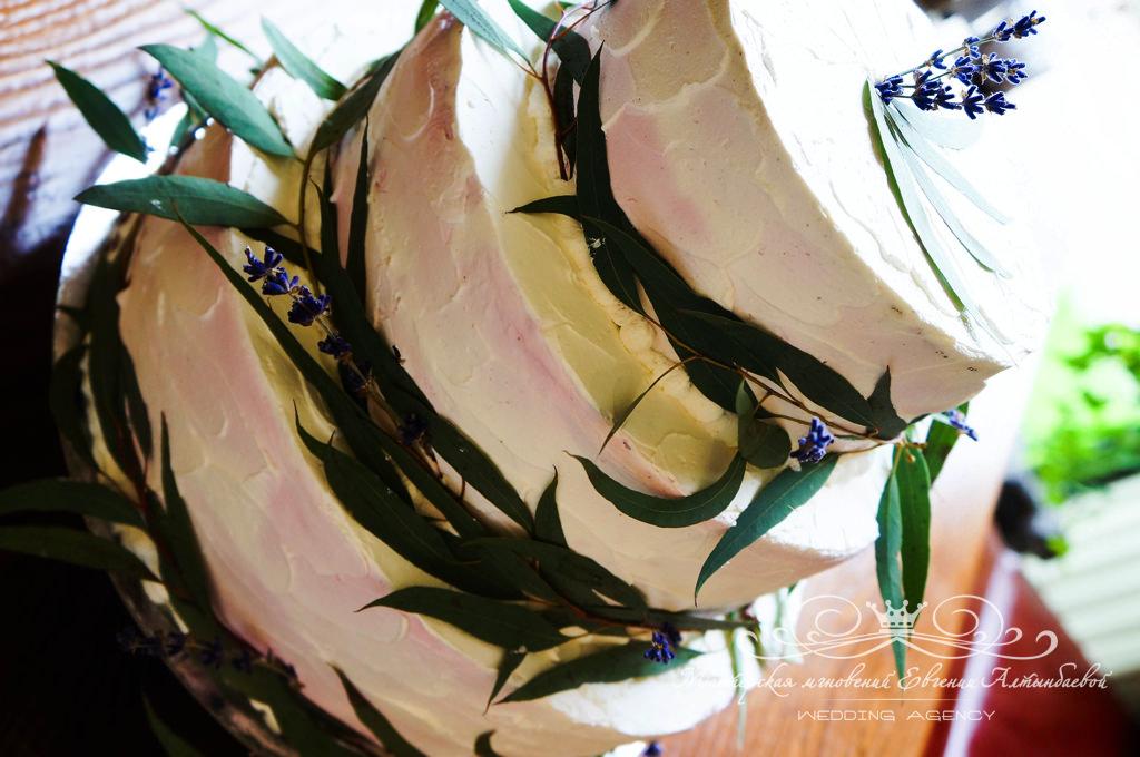Свадебный торт с оливковыми ветками и лавандой