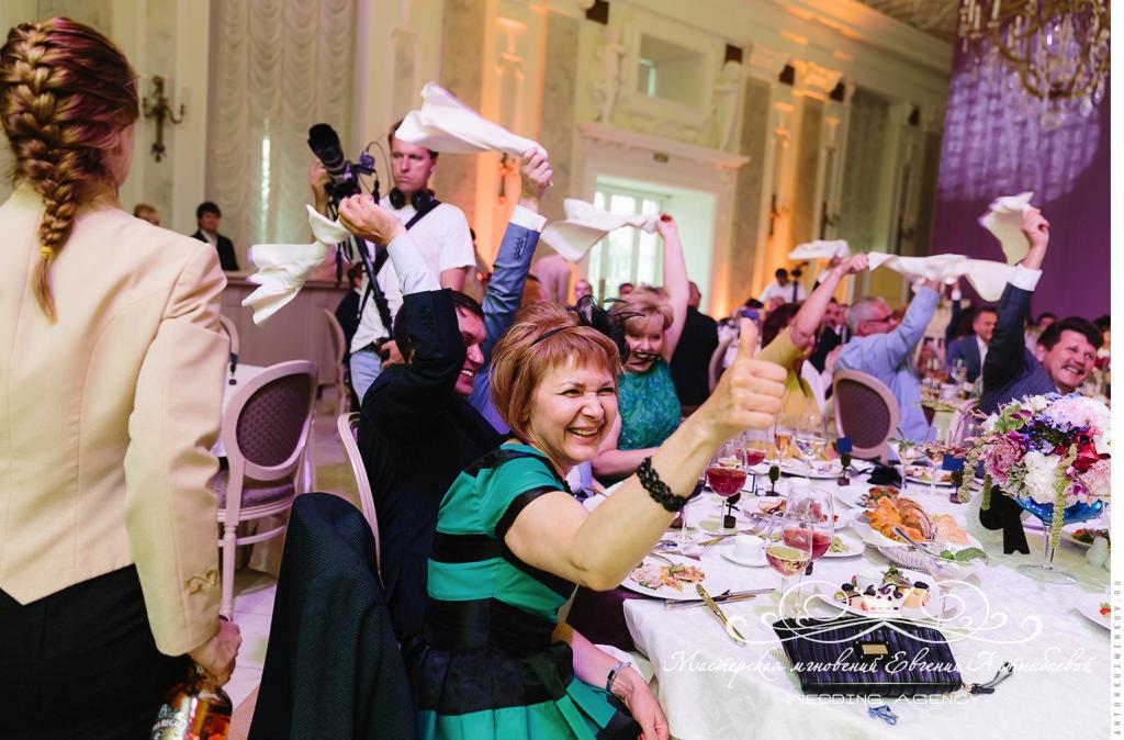Счастливые гости на свадьбе в Летнем дворце