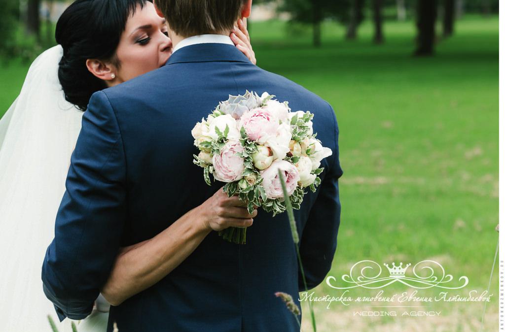 Красивый букет невесты с пионами