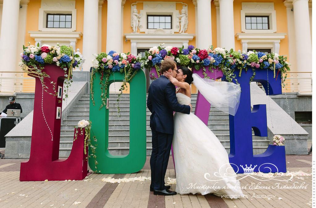 Огромные буквы для свадебной фотосессии