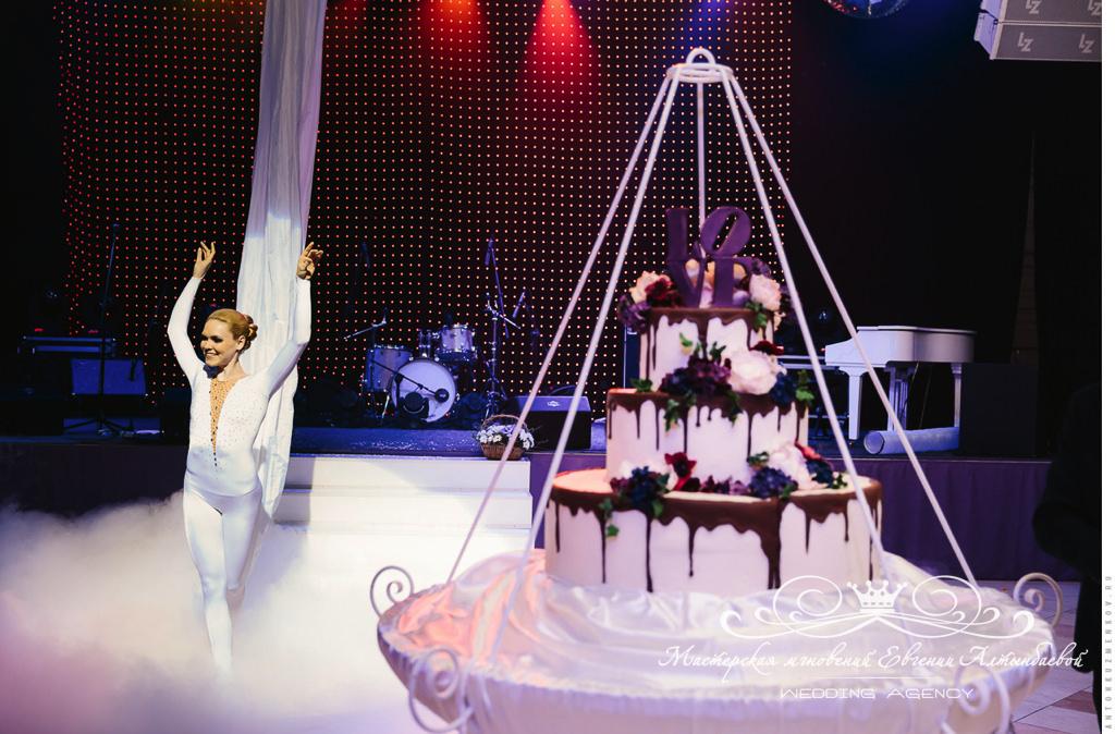 Оформленный свадебный торт