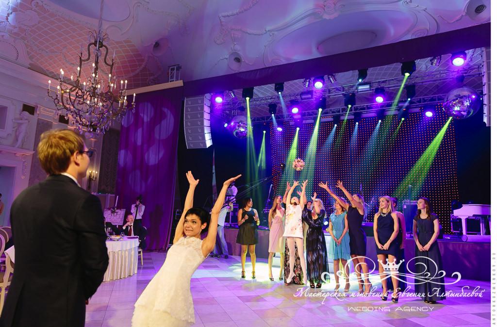 Розыгрыш свадебного букета в Летнем дворце