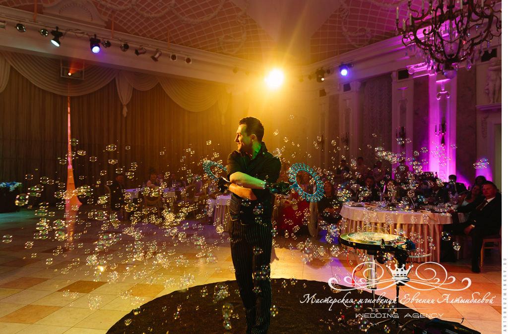 Шоу мыльных пузырей на свадьбе в Летнем дворце