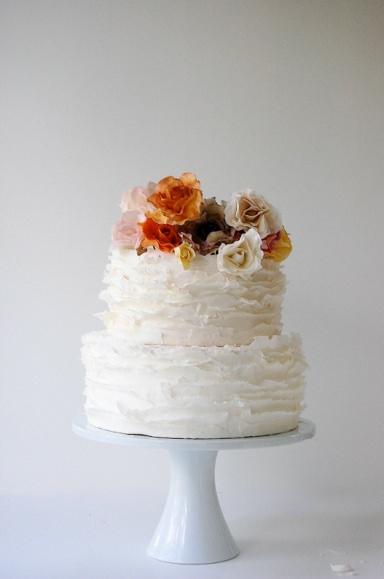 Нежный торт для свадьбы с цветами