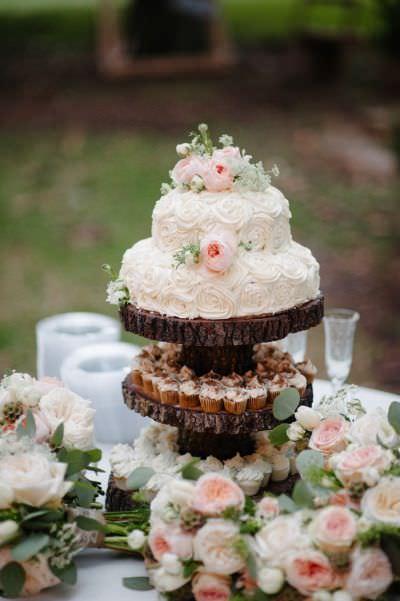 Свадебный торт со сливками в стиле растик