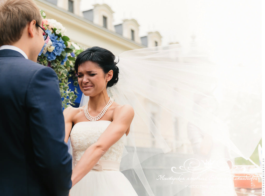 Незабываемые эмоции невесты на выездной регистрации