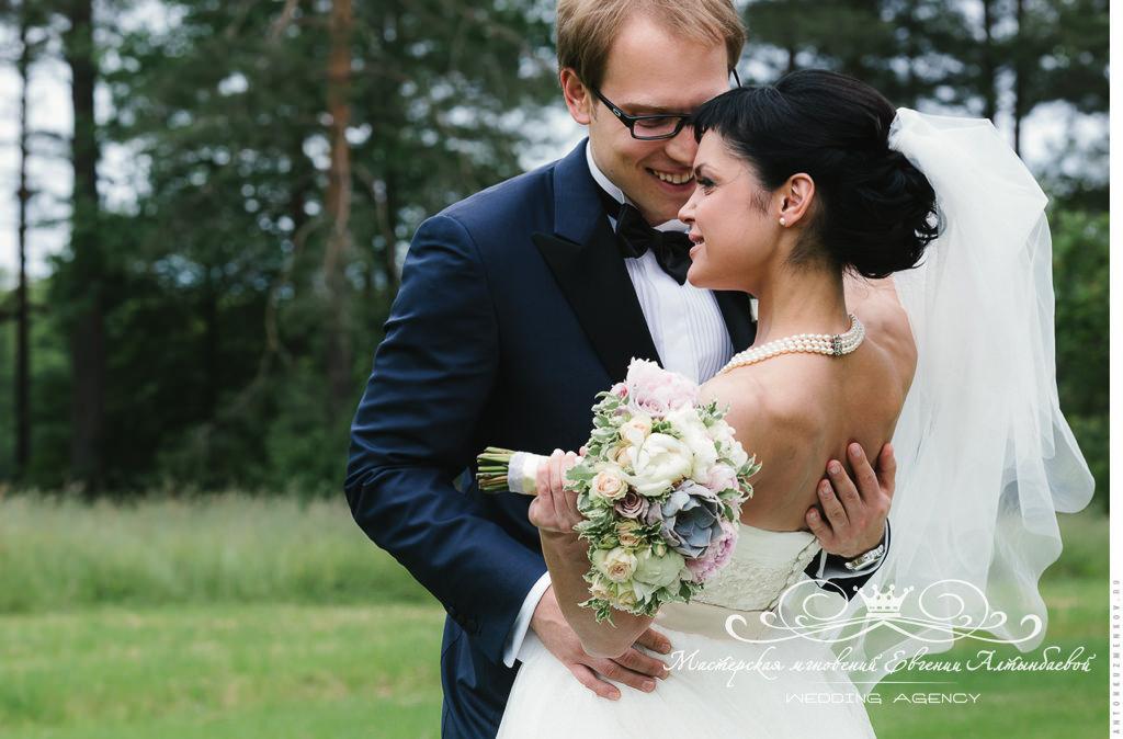 Шикарный букет невесты с пионами и суккулентом