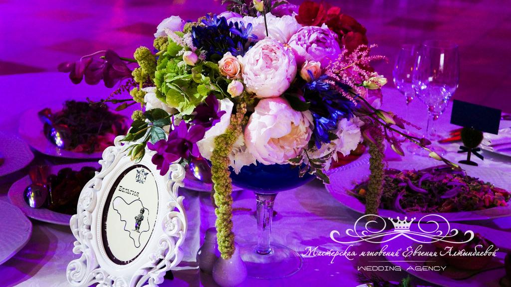 Оформление гостевых столов цветами на свадьбе в Летнем дворце