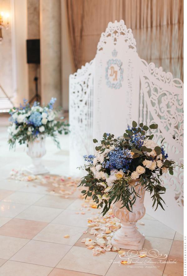 Резная свадебная арка на свадьбе в Летнем дворце