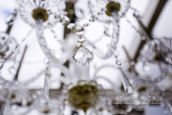 Хрустальные люстры на свадебной арке