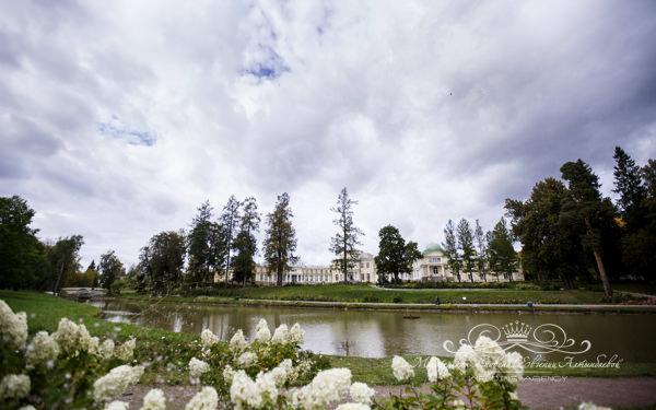 Место для проведения выездной регистрации в красивом парке у воды
