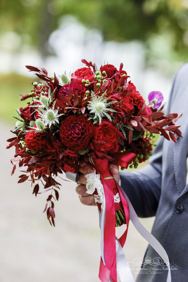 Роскошный букет невесты цвета марсала