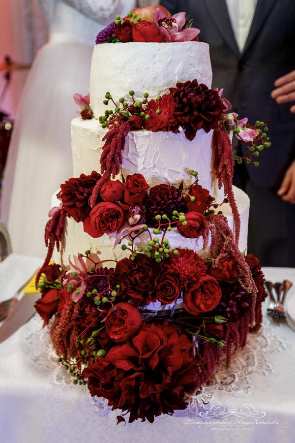 Шикарный свадебный торт с живыми цветами марсала